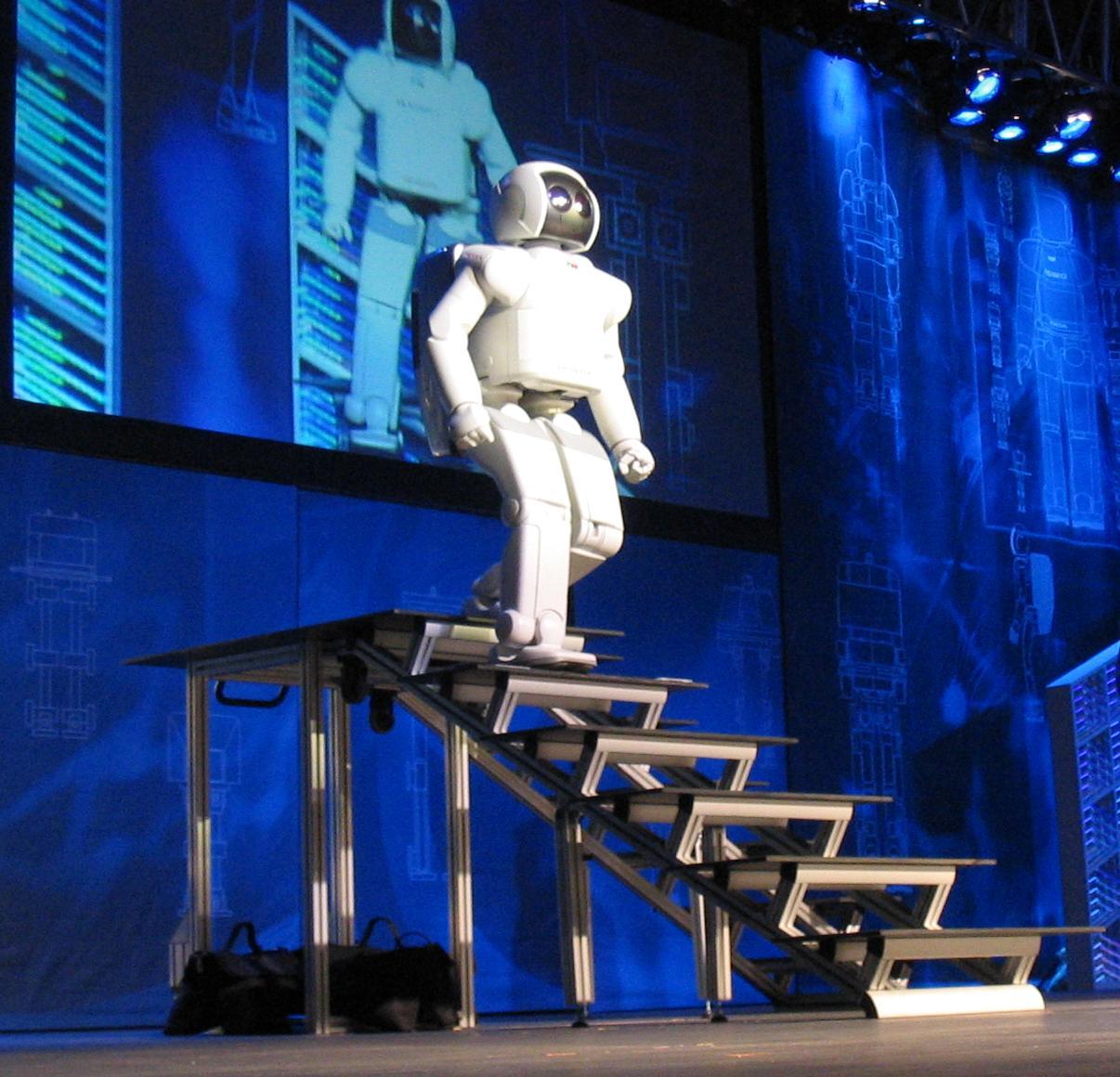 ASIMO, перемещающийся по лестнице
